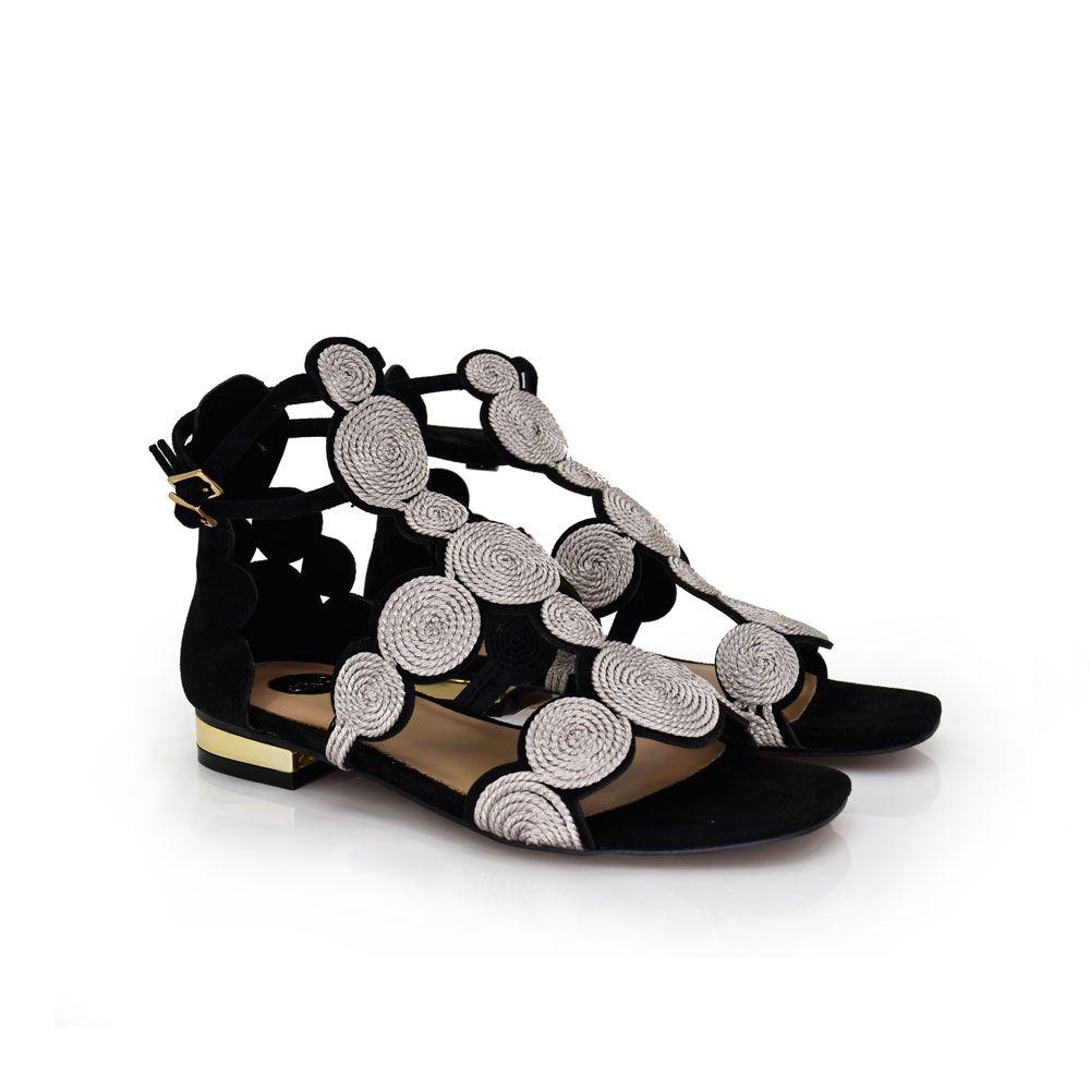 sandalia plana color negro  con detalle en la parte del empeine
