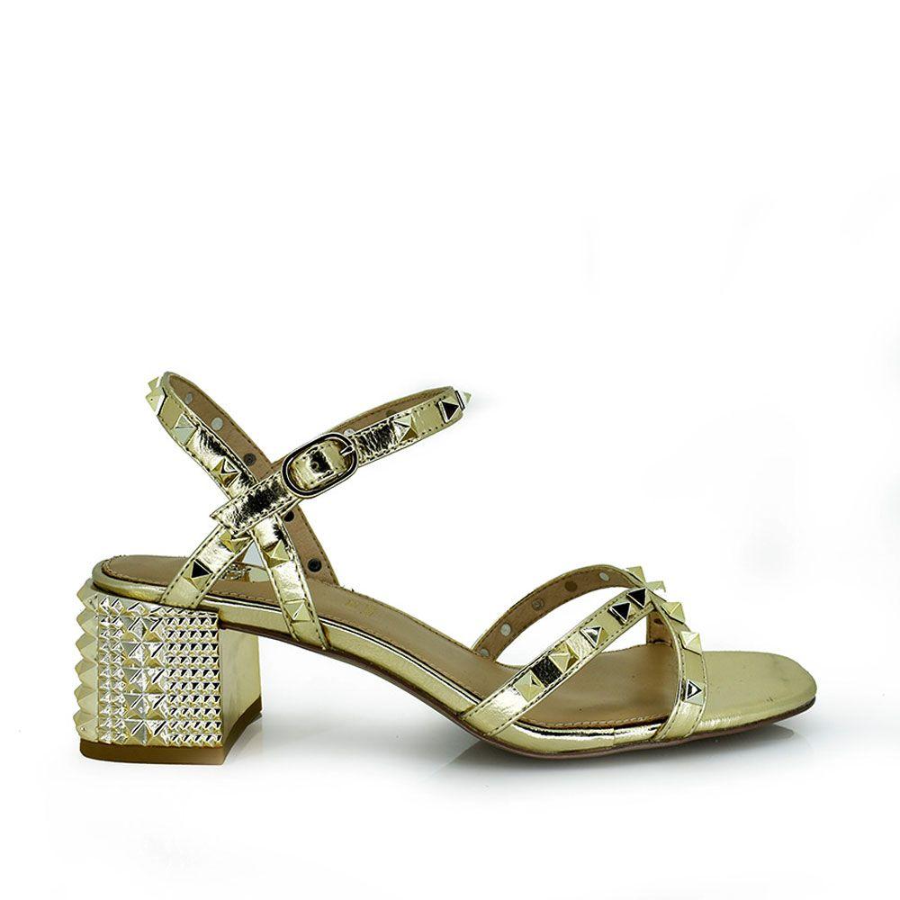 Sandalia dorada con tachas