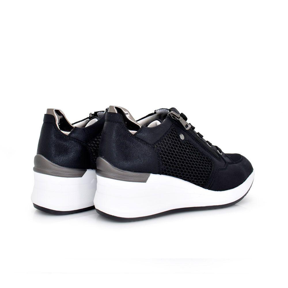 sneaker black con cremallera decorativa y rejilla lateral