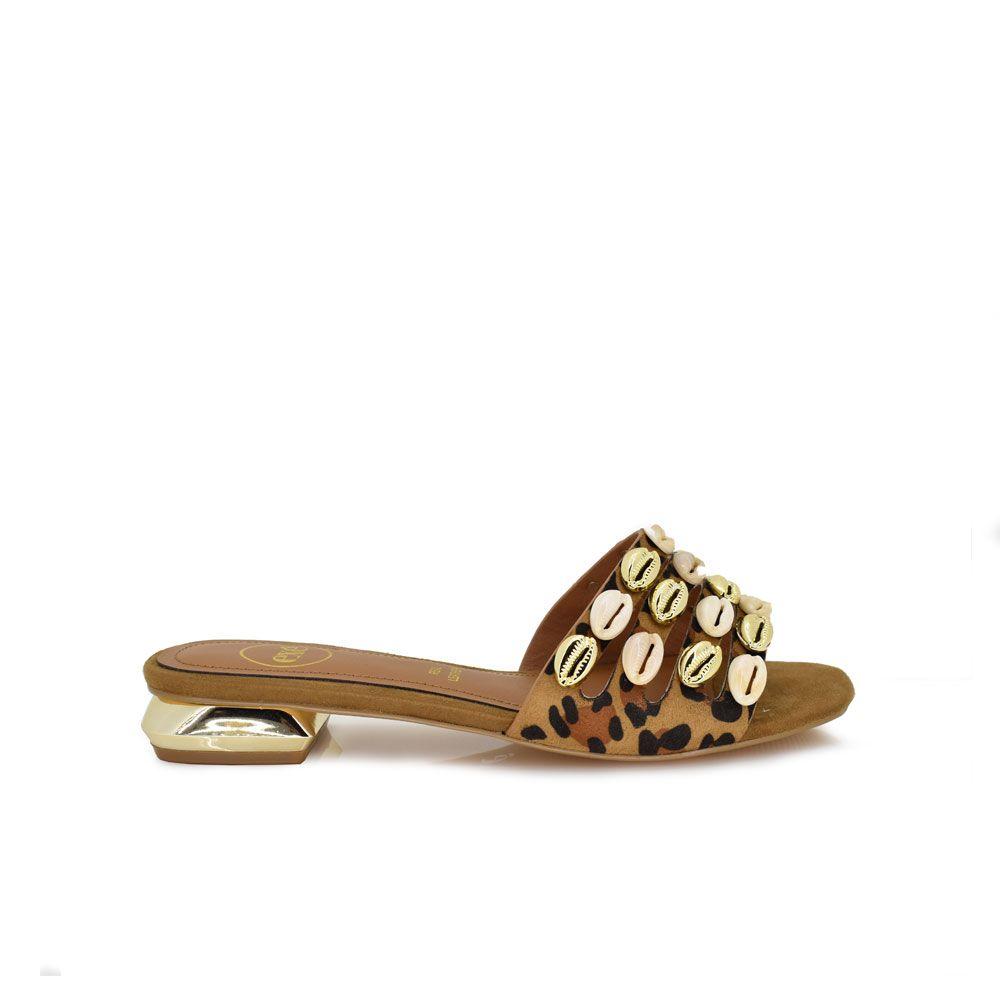 sandalia plana leopardo con conchas en la tira