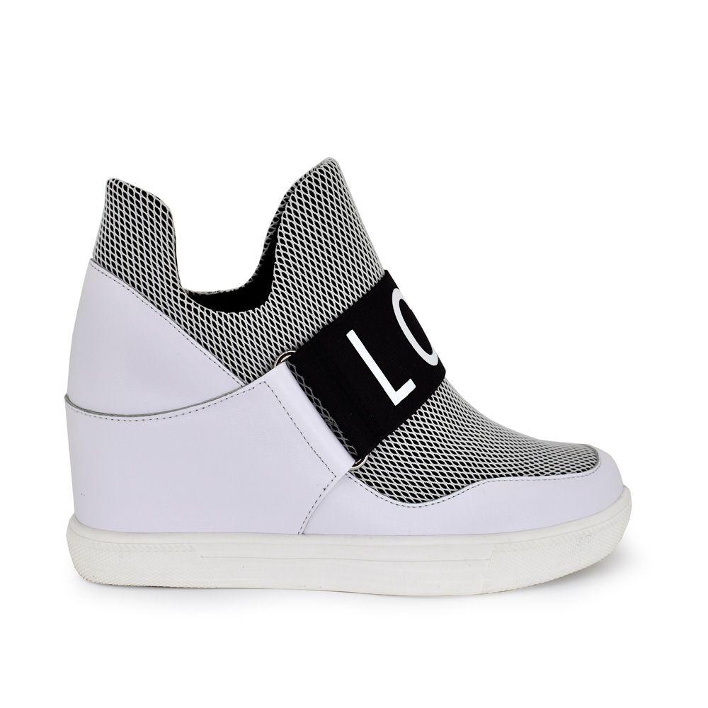 sneaker bicolor negro blanco con tira decorativa con letras sin cordones con cuña