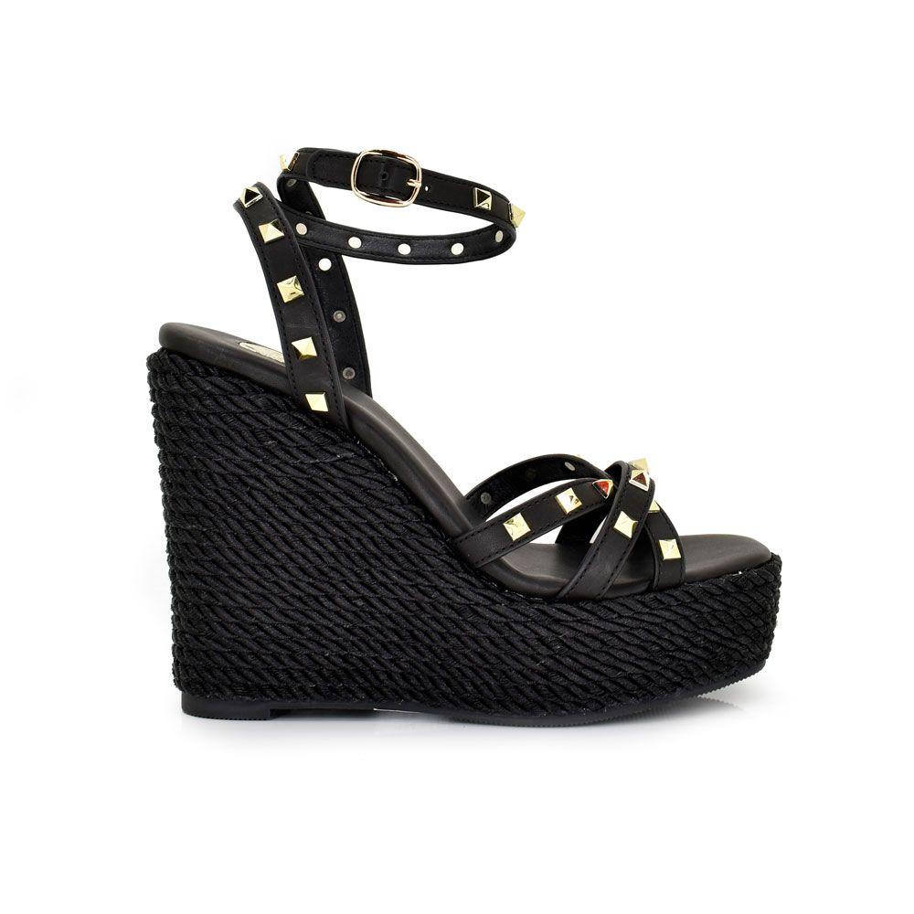 sandalia cuña color negro con tachuelas en las tiras
