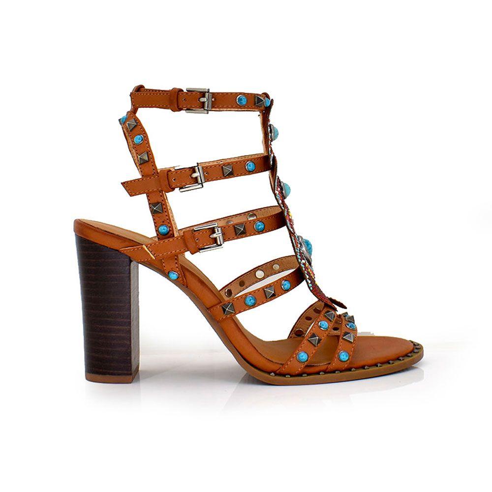 sandalia de tacon marron con tiras y tachuelas colores