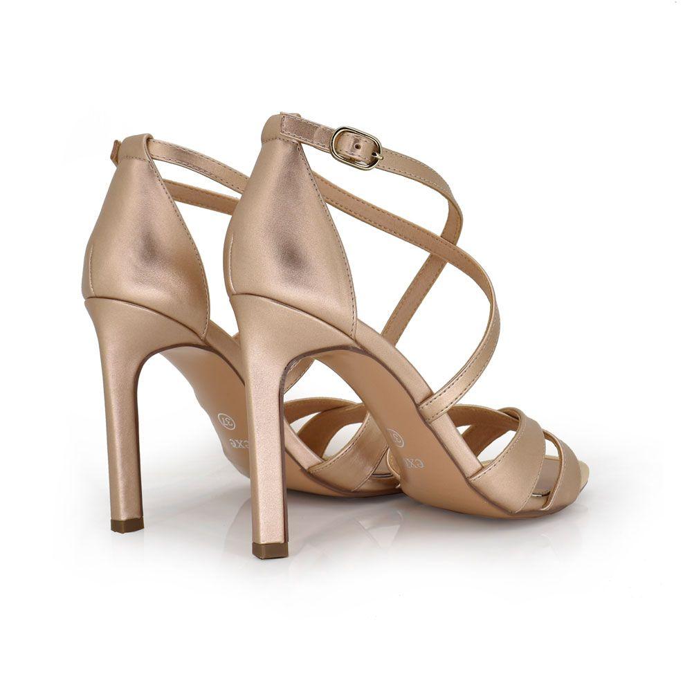 sandalia de tacon con tiras en la parte del empeine y parte delantera del zapato. color champagne. perfecto para ocasiones especiales