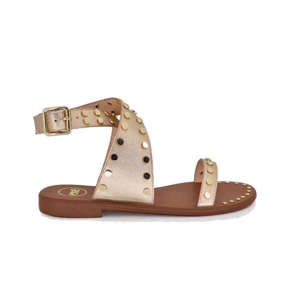 sandalia plana con tiras doradas con tachuelas
