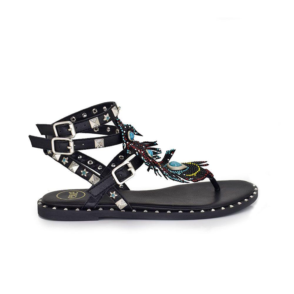 sandalia plana color negro con tachuelas en las tiras y detalle plumas en la parte del empeine