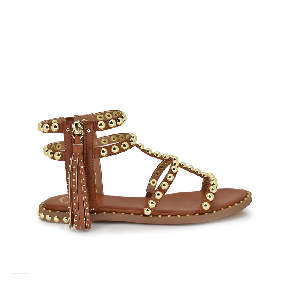 sandalia plana color marron con tachuelas en las tiras