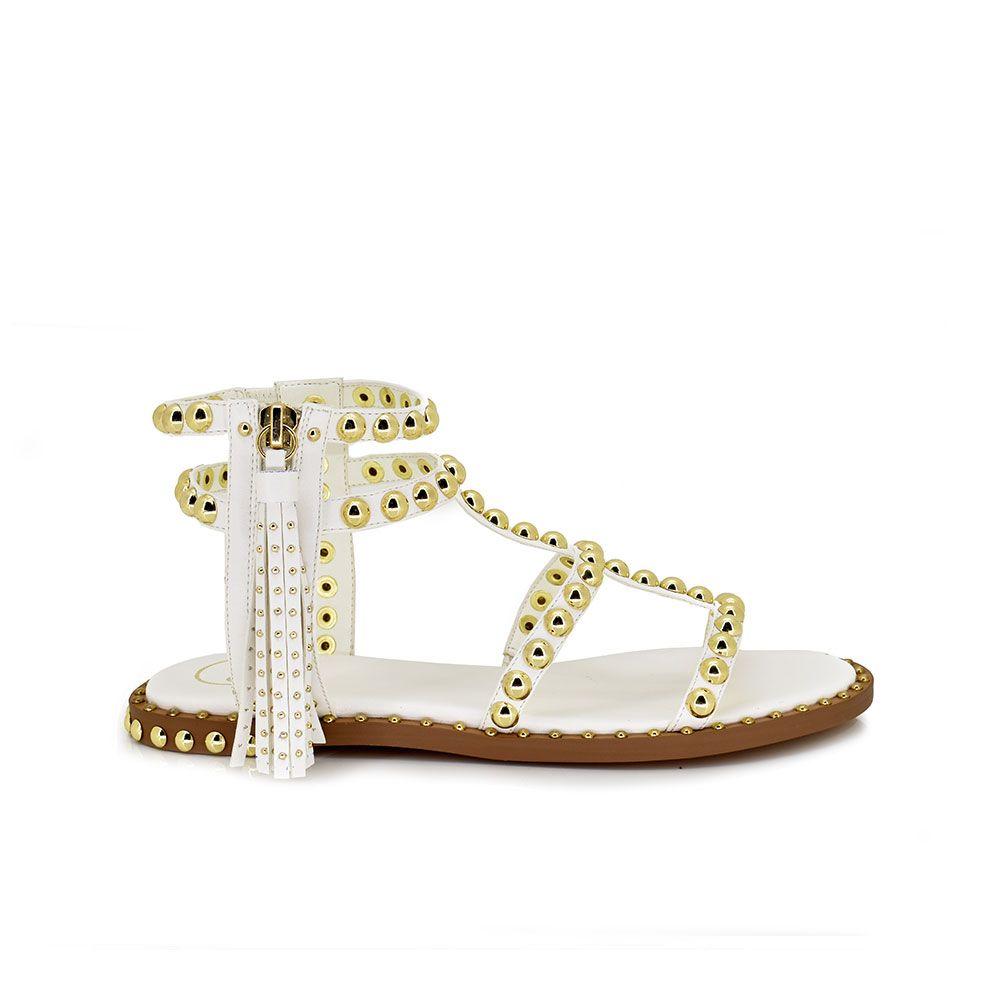 sandalia plana color blanco con tachuelas en las tiras