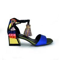 sandalia de tacon bajo multicolor con cierre pompon y detalle loro pajaro
