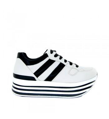 zapatillas blancas y negras con plataforma